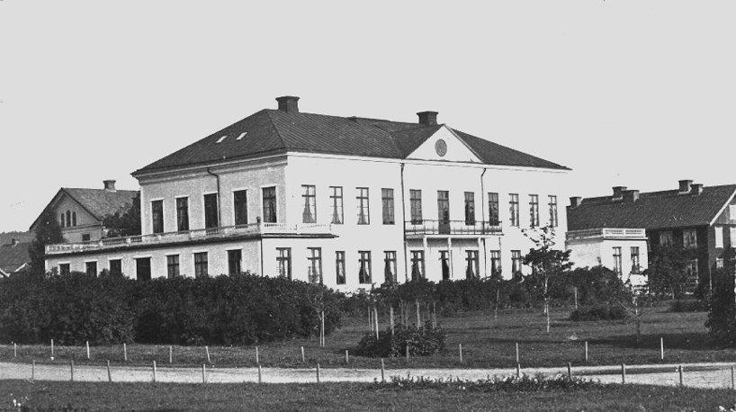 Kanske 1860-tal med tanke på den relativt nyplanterade norra järnvägsparken framför hotellet som ännu saknar hotellnamnet under frontespisen. (Skövde Stadsmuseum)
