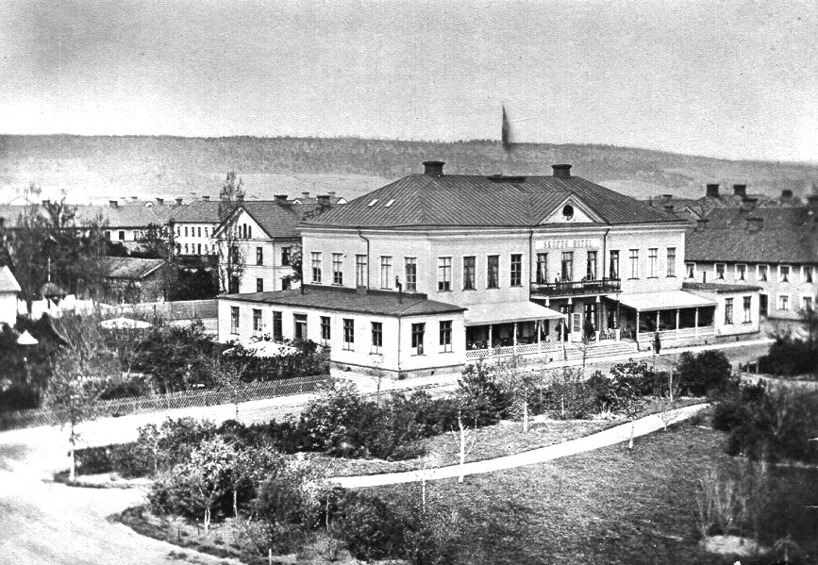 1875 Sköfde Hotell ett hotell för järnvägsresenärer med järnvägsparken och trädgårdsservering. Uppbyggt av nedmonterad herrgårdsbyggnad. (Skövde Stadsmusem)