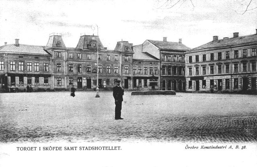 Med tiden verkar hotellet blivit Stadshotellet. Inte tillräckligt pampigt för stadsfullmäktige som beslöt att bygga Billingehus som ett värdigt hotell för staden 1888. (Skövde Stadsmuseum)