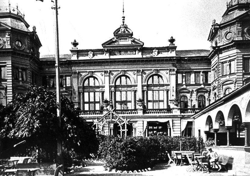 En 1890-talsbild av rofylld trädgårdsservering med valvbågar och en oas för hotellets gäster nära stationen och parker. (Skövde Stadsmuseum)