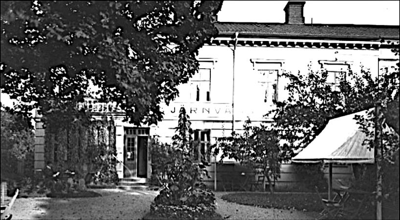 """Det helt """"nya"""" Järnvägshotellets trädgård och entré 1912-09-16 inför den kommande säsongen 1913. Skylten på plats! (Skövde Stadsmuseum)"""