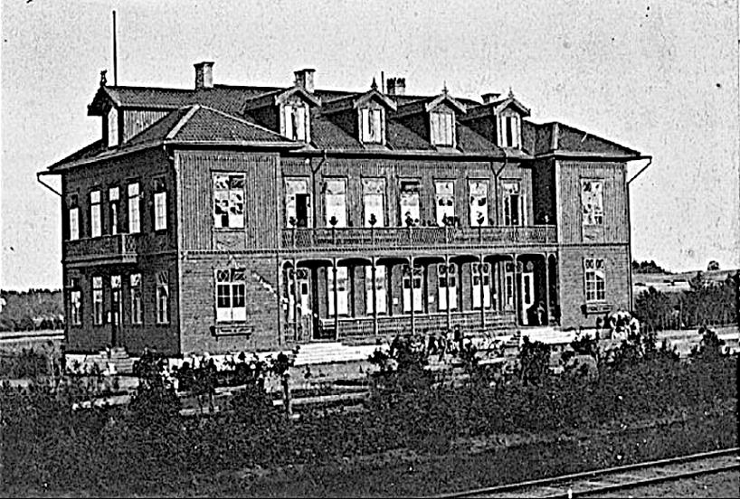 Några år ytterligare in på 1870-talet och starten. Växtligheten är högre, men originalstaket kvar, vilket togs bort 1876, då Karlsborgsbanan byggdes. (Skövde Stadsmuseum)