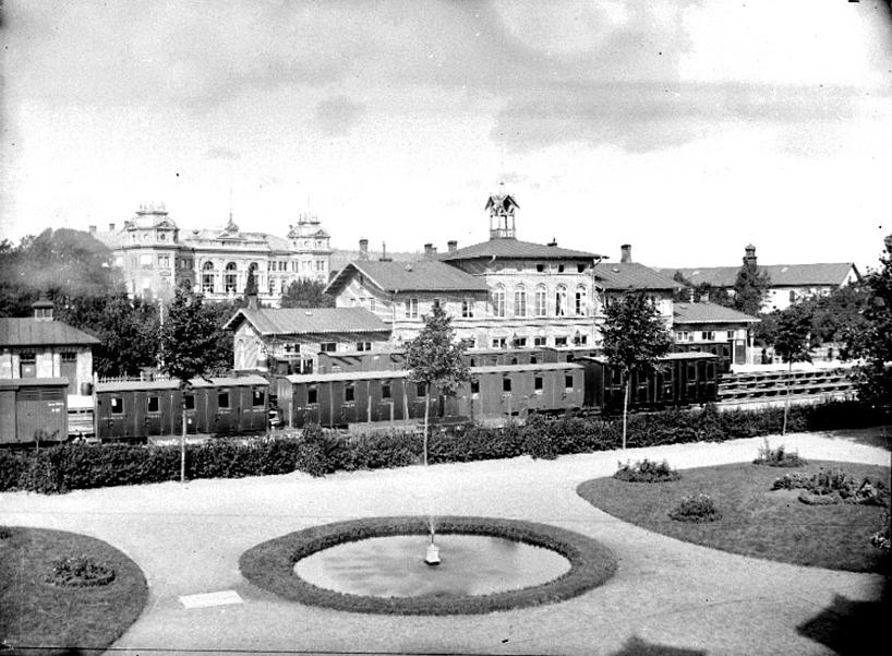Hotell Billingen är byggt 1888, stationen är inte utbyggd med 1893 års flygelutbyggnader. Vattenkurens trädgård i strikt ordning med vattenspel, rundlar och ordnade grusade gångar.  (Skövde Stadsmuseu