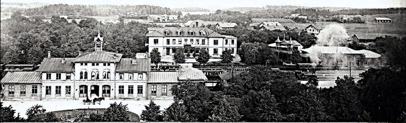 1901 och ännu ett år närmare sitt öde. Det är en stor anläggning som snart skall lämna plats för ett spårområde som tar hela utrymmet som Vattenkuren haft. (Skövde Stadsmuseum)