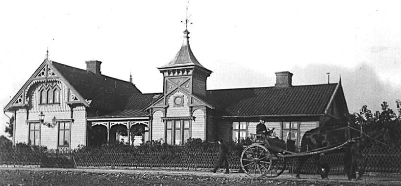 Dr Dovertie delade de byggnadsideal som utvecklades för Vattenkuranstalten. Hans Villa på Storgatan tycks ha kopierat tornen på Salongsbyggnaden och snickarglädjen är densamma. (Skövde Stadsmuseum)