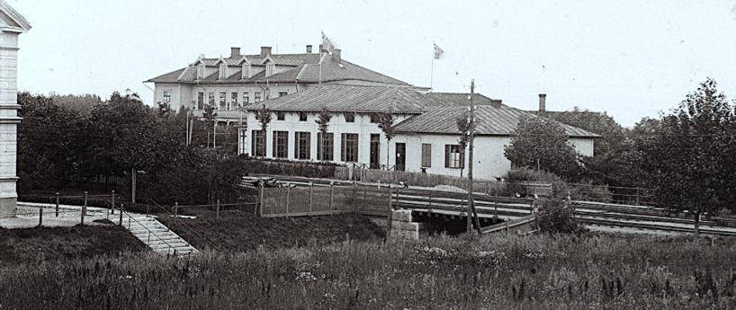 Vattenkuren i början av seklet 1900 innan SAJ byggt sin bro och bangården tagit dess plats!  (Skövde Stadsmuseum)