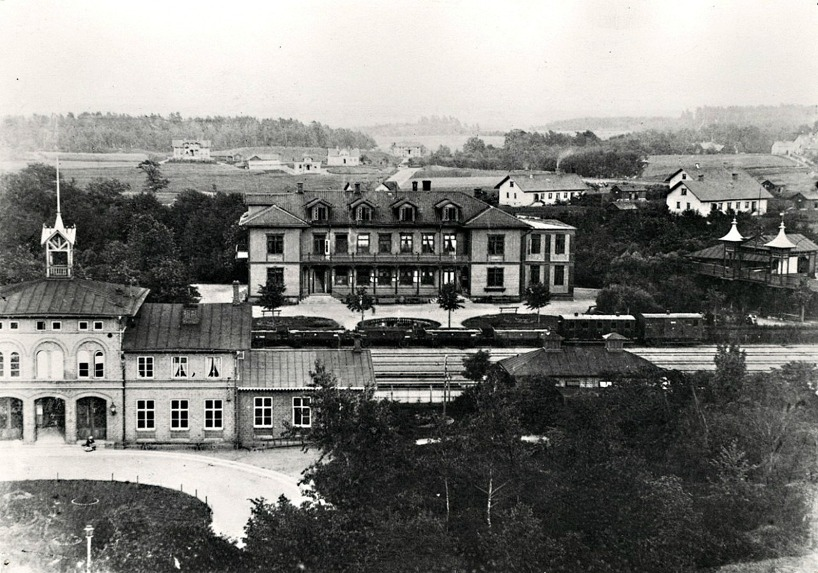 1890. Trädgården i Vattenkuren är i knivskarp ordning i ett sista försök att få upp besöksantalet/klara ekonomin. Trots den satsningen gick bolaget i konkurs. Gjuteriet har byggt sina arbetarbostäder.