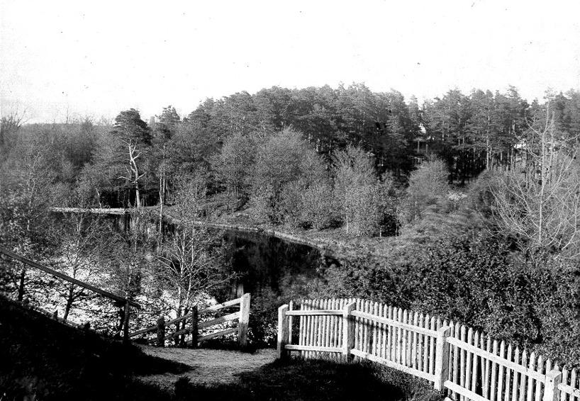 Gamla Boulognersjön med restaurangen i bakgrunden i skogen.  (Skövde Stadsmuseum)