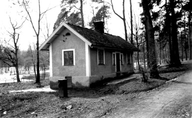 Skötts stuga som revs på 1960-talet var en del av parkmiljön och Skövdes äldre historia, då den flyttats från tomt 100 i 1863 års stadsplan. (Skövde Stadsmuseum)