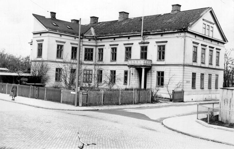 """Kyrkogatan 2 uppfört av Theodor Grönvall, John Grönvalls far, som en kopia av dennes hem i Göteborg, Västra Hamngatan 6. Tomt 70. För att få plats med """"flygeln"""" gjordes den halv! (Skövde Stadsmuseum)"""