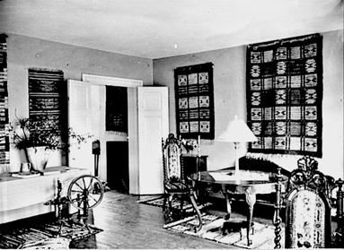 Inredningen i våningen präglas av dottern Signes vävalster. Interiör Kyrkogatan 2. (Skövde Stadsmuseum)