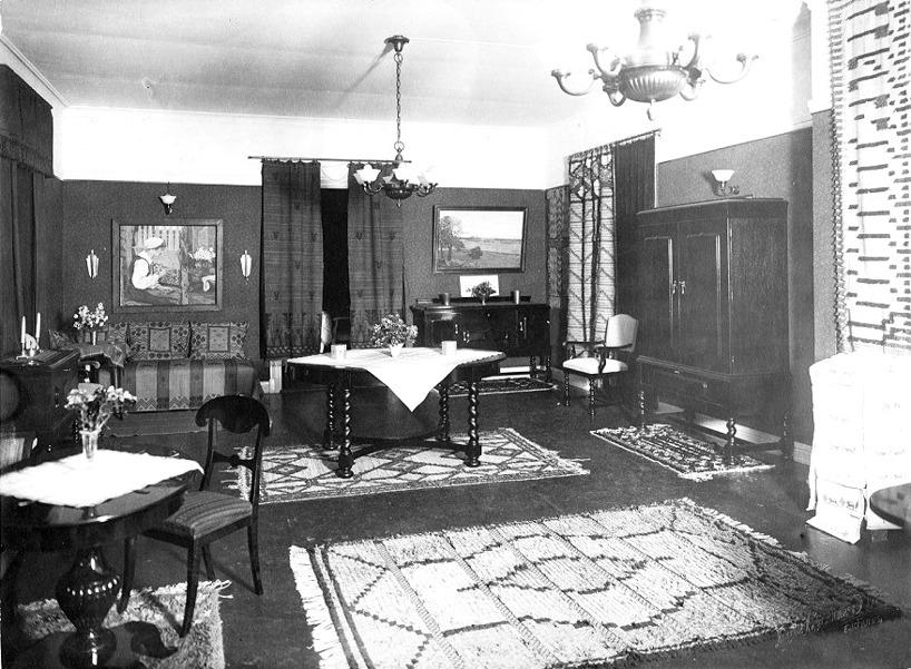 Ett annat av rummen som präglas i allt av vävkonsten. (Skövde Stadsmuseum)