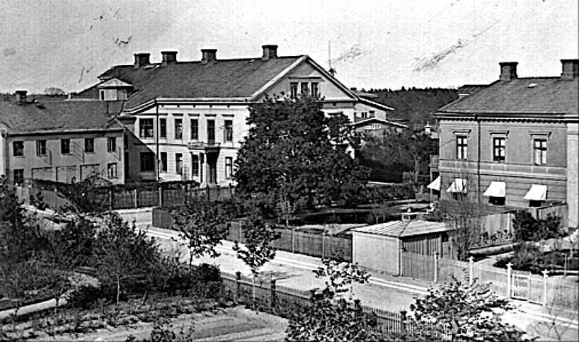 1890. Kyrkogatan 2 med portal för entré från trädgården. Järnvägsstationen har ännu inte tillbyggts åt söder (1893). (Skövde Stadsmuseum)