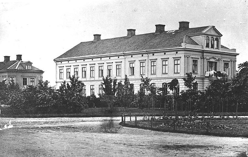 Från samma tid från södra Järnvägsparken ett ståtligt hus sammanbyggt av Grönvalls far och Rådman Pettersson över tomterna 69-70. (Skövde Stadsmuseum)