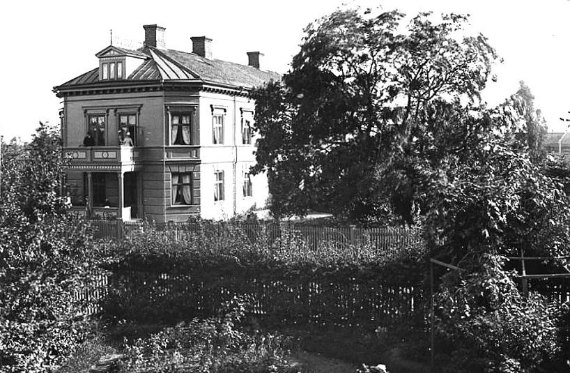 """Familjen Grönvalls utsikt från sin """"flygel"""" mot Kyrkogatan 1. Senare, 1913, i ombyggt skick Järnvägshotellet. (Skövde Stadsmuseum)"""
