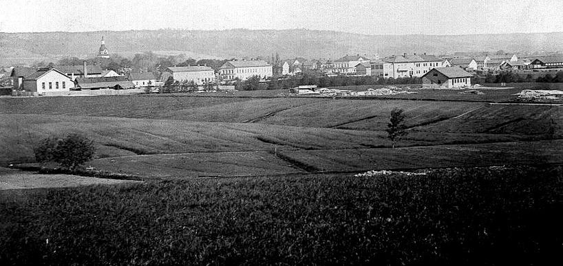 Mekanisk Verkstad från öster med äldre kontorshus (nytt kom 1888), ej ombyggd kyrka (1890), ej riven Borgmästarvilla (1887) och ingen societetssalong vid Vattenkuren. Första arbetarhuset byggt.