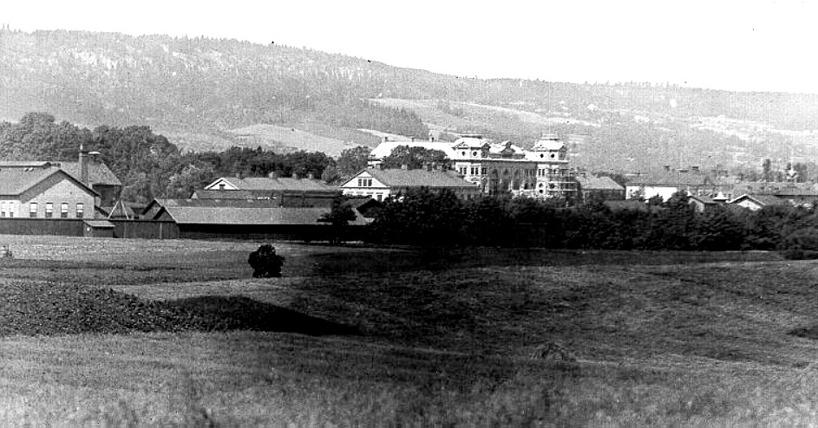 1888 då det sista iordningsställs på Hotell Billingen med byggnadsställningar. Det nya kontorshuset är också uppfört vid Verkstaden och Societetshuset med torn är byggt. (Skövde Stadsmuseum)