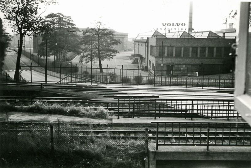 På 1950-talet var Volvo Skövdeverken redan en stor motorfabrik. Här utsikt mot Volvo från Järnvägshotellets fönster. Närmast SAJ-brons norra fäste vid Kungsgatans förlängning.(Skövde Stadsmuseum)