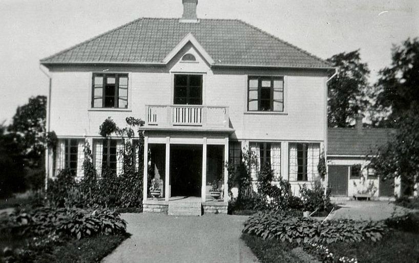Husets huvudfasad mot Kyrkogatan med allt mer ökande Klosterturism gav bra  marknadsföring för Caférörelsen tillsammans med en anslående  trädgårdsanläggning. ecdcc277ddf48
