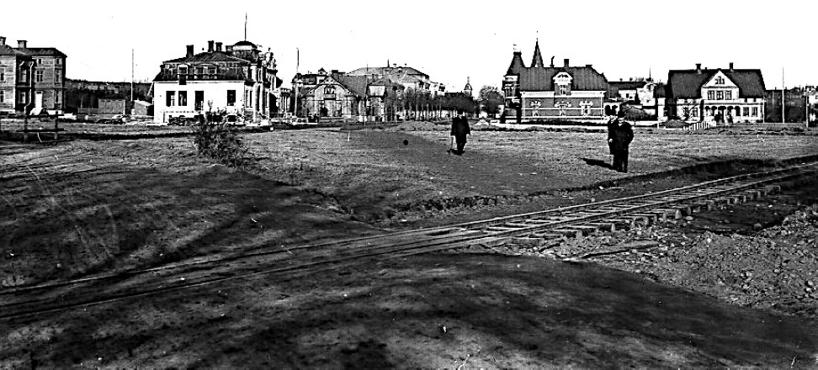 """1903. Drottninggatan 18 byggs liksom SAJ-spåret vid det som senare blir Vasaplan. Spåret är genomgångsspåret för """"Axvalla""""-banan och SAJ's bangård i området är ännu inte påbörjad. (Skövde Stadsmuseum)"""