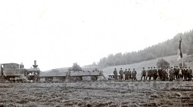 Sammanfogningen av rälarna från Axvall och Skövde skedde ca 4000 m från Skövde station, vilket blir en plats på banan ovanför Våmb - se bild nedan! (Skövde Stadsmuseum)