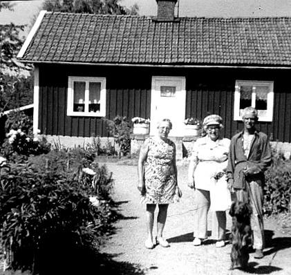 """""""Kjellbergs"""" hus 1960-talet med Yngve och Alva Brage. Bild från Marianne Brage, Vartofta, 2014"""