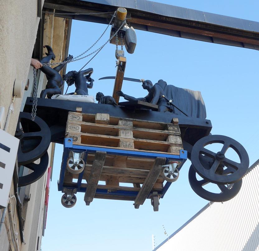 Kl 08:14 den 24/8  2015 lämnar skulpturen TEATERVAGNEN, Bergmans Konstgjuteri. Beställd transportbil har kommit för frakt till Filmstaden i Råsunda- SF BIO.