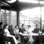 Officerspaviljongen 1904, fr v Carl-Adolf Fock, Märtha Bredelius, Hjalmar Uggla, Fru Ingeborg Lilliestierna, Lilliesterna, ?, Sandahl, Puke och Bruno. Garnisonsmuseet 264-1198