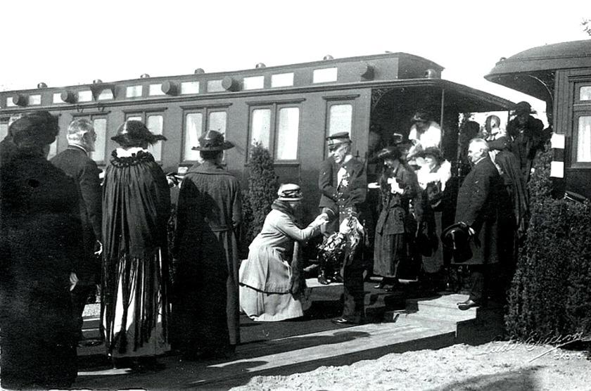 Kungen till Varnhem 1923. Bild från Skarke-Varnhems Hembygdsförenings Digitala Arkiv. Foto Ludvig Ericson