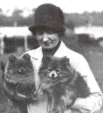 Grevinnan Blanche Bonde med sina Dvärgspetsar från 1916- talet