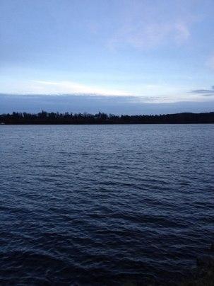 Ed, en eftermiddag i november. Kyrkan i bakgrunden på andra sidan sjön.