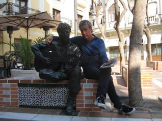 Björn Amby, 1952, är uppväxt i Fristad utanför Borås men delar numera sin tid mellan Mölndal och Hunnebostrand. På fotot tillsammans med gitarristen Andrés Segovia som sitter staty i Almeria, Andalusien.