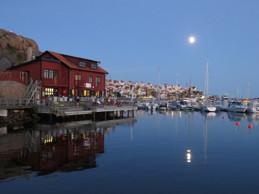 Centralorten för fotokonst längs Bohuskusten är i Kungshamn. Galleriet är delvis placerat över havet vid strandpromenaden i närheten av centrum. Vi finns på andra våningen ovanför restaurang Nära Havet.