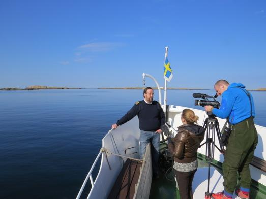 Skepparen Göran Hahne på M/S Soten Smögen blir intervjuad om sälsafari av den statliga nederländska nyhetskanalen NOS. Foto: Heikki Koskelainen