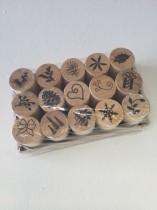 Stämplar, små, på träkloss