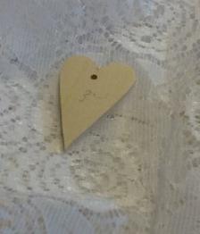 Nr 30a Hjärta i plywood med ett borat hål 2,5x4 cm