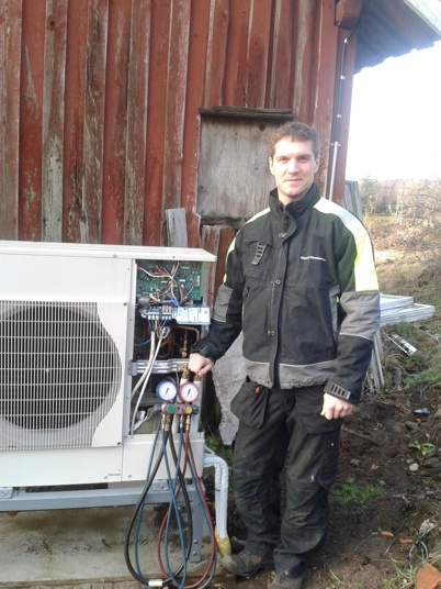 Montering av en Mitsubishi Electric luft/vatten mot extern växlare och 500 liters tekniktank förberedd för solvärme eller vattenmantlad kamin