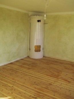 Nyomgjord kakelugn i TV-rummet samt antroposof-färg på väggarna
