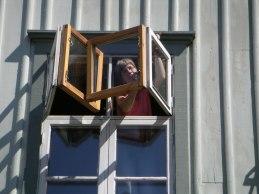 Målning av fönstren på insidan