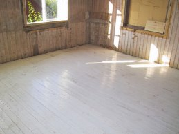 Under trägolvet fanns ett gammalt målat trägolv