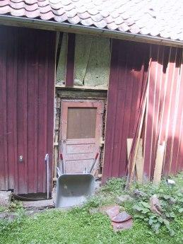 En köksdörr på baksidan tas fram