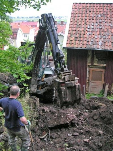 Bortgrävning av gamla jordkällaren (juli 2004).