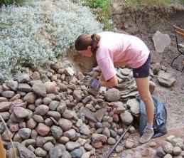 Massor av sten behövs. En del hittas under jord (juli 2006).
