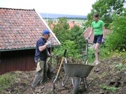 Ovansidan på f.d. jordkällaren rensas (juli 2004).