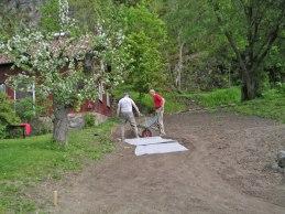 Påbörjan av grusgång (maj 2005).