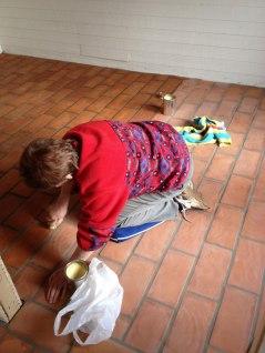 Vaxning av tegelgolvet. Med rotborste - platta för platta.
