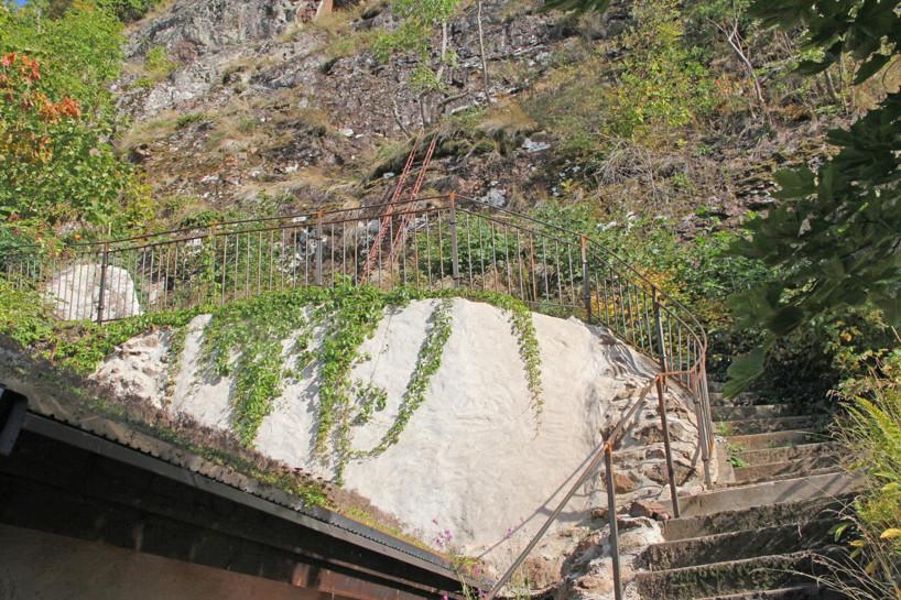 Handsmitt räcke till utsikten ovanför jordkällaren