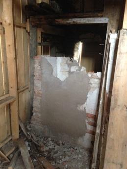 Tegelväggen mot köket rivs.