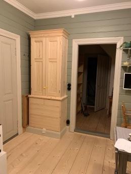 Nytt skåp i köket och nytt trägolv i den gamla delen 2019-10-10