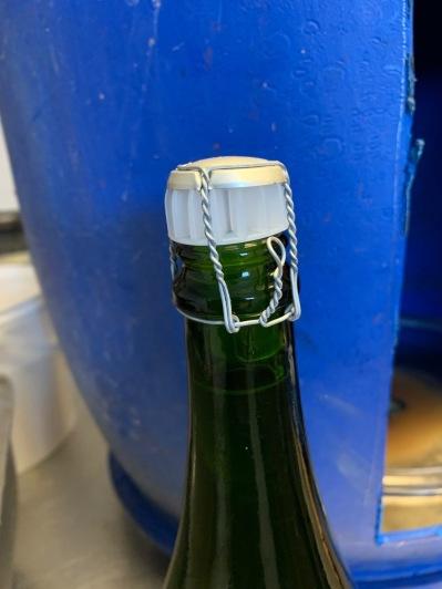 Återstår ytterligare en tids lagring och sedan sätts en foliehätta över flaskhalsen.